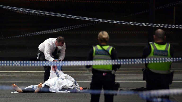 Apuñaló a tres personas e incendió una camioneta: un muerto