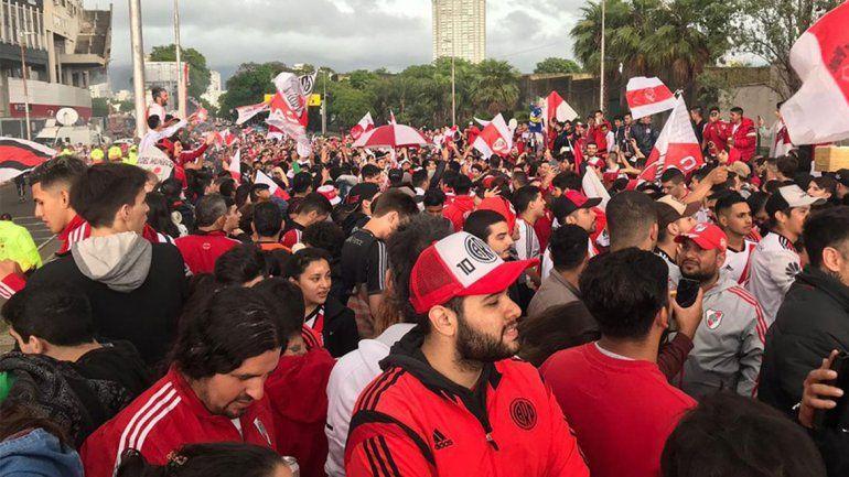 Hinchas de River acompañaron al plantel con un multitudinario banderazo