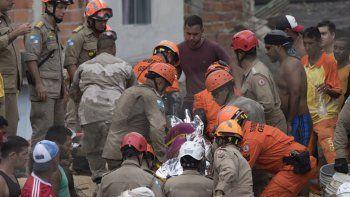 al menos nueve muertos por un alud en rio de janeiro