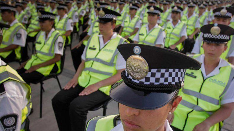 Un efectivo disfrazó de policías a familiares y amigos para entrar a la Superfinal y fue descubierto
