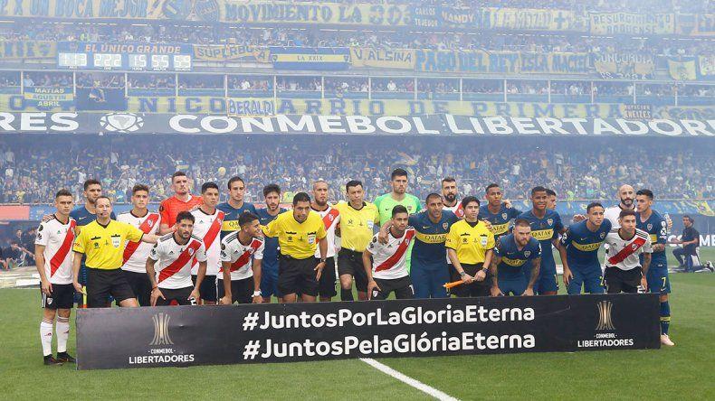 La imponente salida de los equipos en La Bombonera para la Superfinal