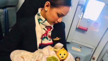 azafata le dio la teta a una bebe en pleno vuelo
