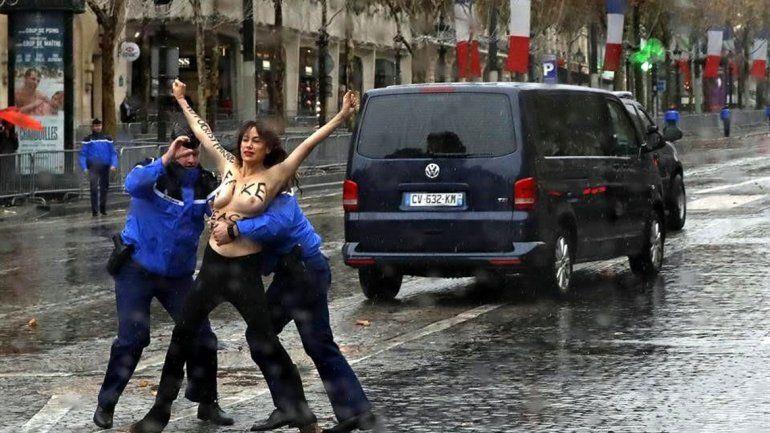 Una activista en topless se abalanzó sobre Trump