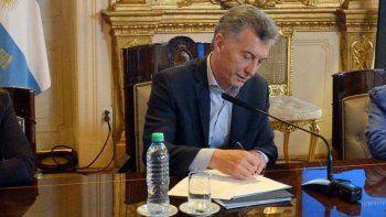 macri firma el decreto por el bono y lo extiende a estatales