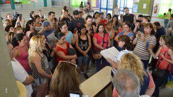 padres reclaman renuncia de la directora por abuso de un alumno