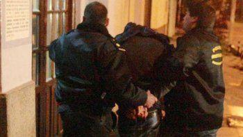 un padre va preso por pegarle con un latigo a su hijo