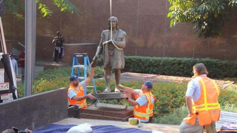 Polémica en Estados Unidos: retiraron estatua de Colón por genocida