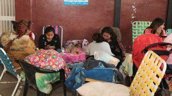 inscripciones: acampan por una vacante para sus hijos