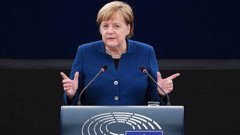 merkel respaldo a macron: quiere crear un ejercito europeo