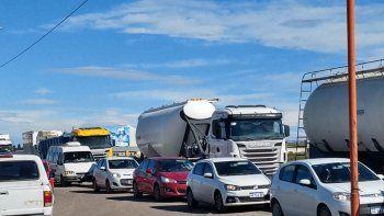 desocupados bloquean el paso a vehiculos petroleros en la ruta 22