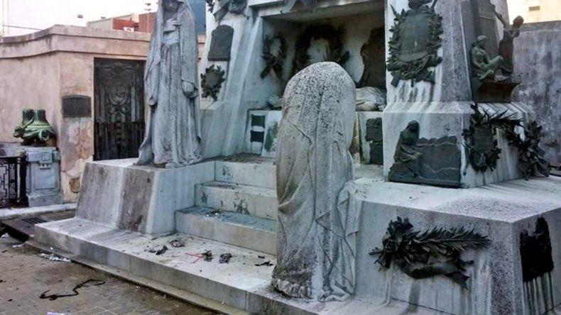 Una mujer resultó herida luego de explotarle una bomba casera en el cementerio de Recoleta