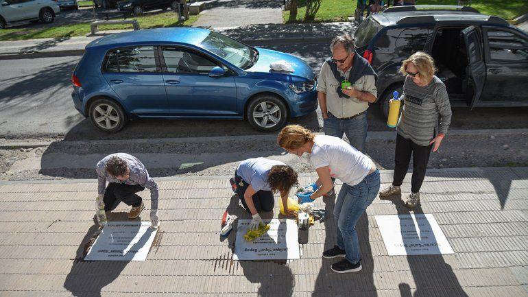 Limpiaron baldosas de tres víctimas  de la dictadura
