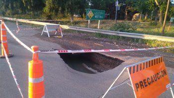 por un crater, desvian el transito por colectora