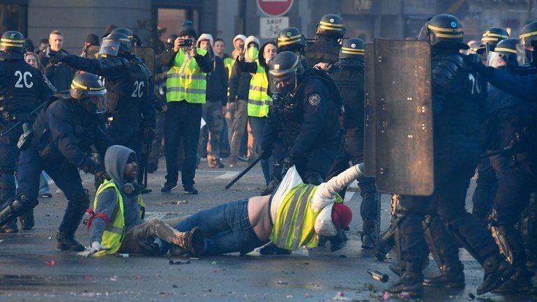 Francia: una muerta en protestas contra el aumento de las naftas