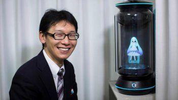 se caso con el holograma de una cantante virtual