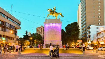 monumentos  amarillos en homenaje a los muertos del transito