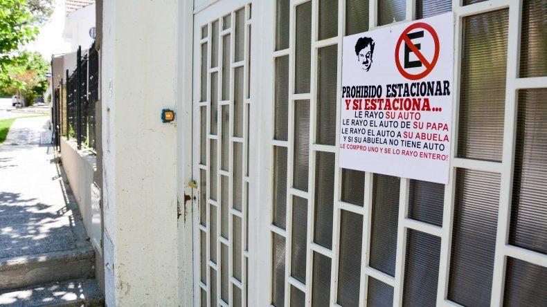 Llamativo e intimidante cartel logró que no le estacionen en la puerta de su casa