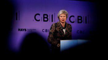 brexit: theresa may defiende su plan y aguanta un temporal