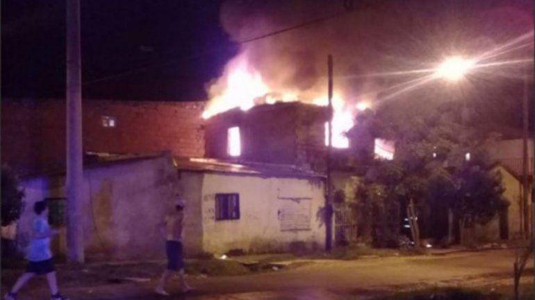 Despertó a golpes a su ex y le prendió fuego la casa