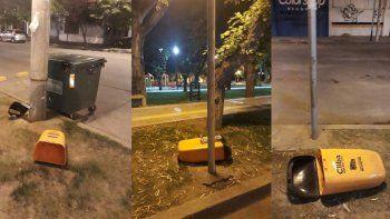 rompieron cestos e hicieron una montana de basura en una plaza