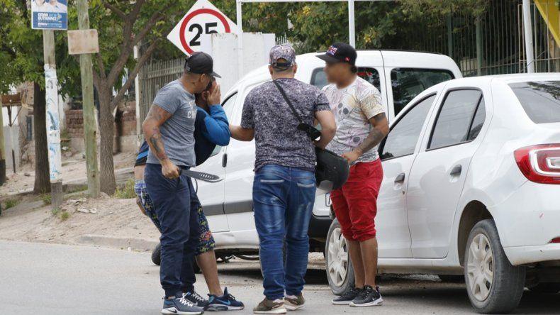 En plena calle, lo atacaron con un machete para robarle una moto y un celular