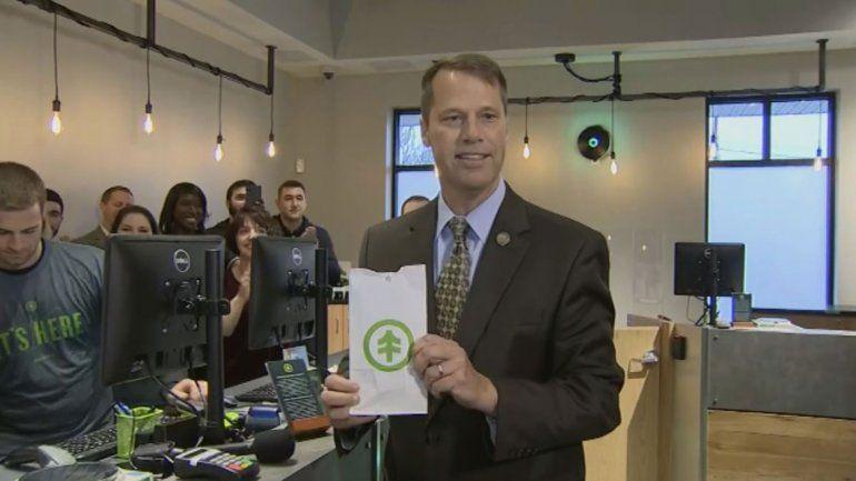Un alcalde compró marihuana legal primero que nadie