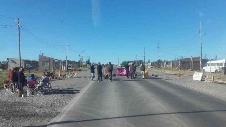Cortaron una calle en el Parque Industrial para que asistan a una familia