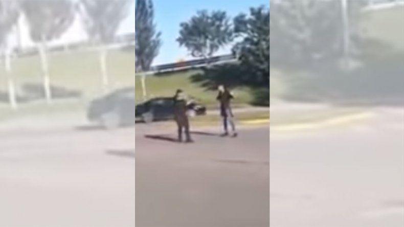 Separaron de la Policía Bonaerense a sargento que fue filmado mientras golpeaba a dos jóvenes