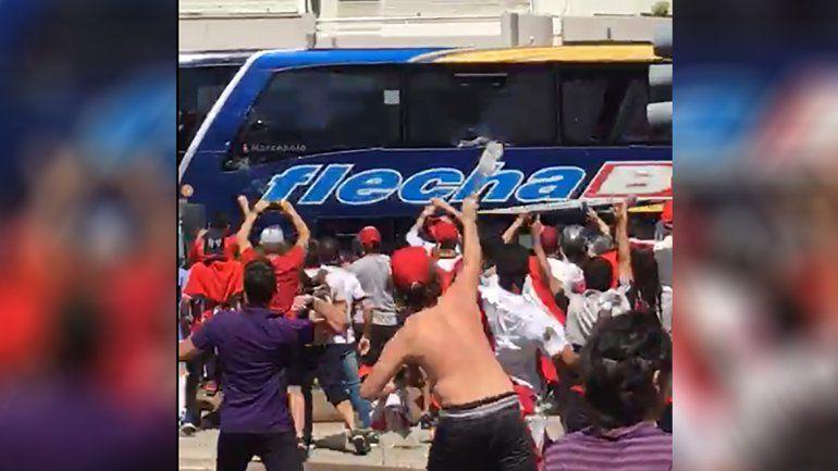 Así fue el ataque al colectivo que trasladaba a Boca hacia el Monumental: desde adentro y desde afuera