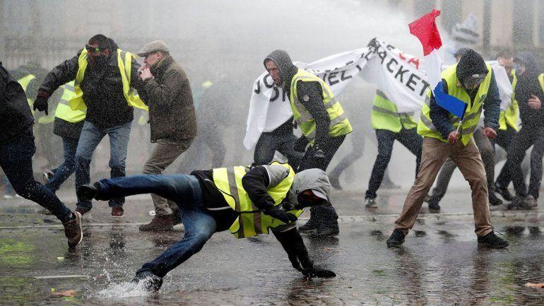 Fuerte represión y destrozos en protestas en París