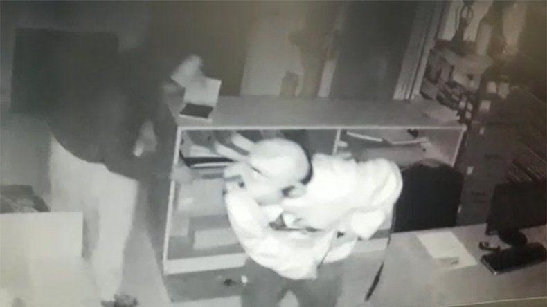Entraron a robar las oficinas de una empresa y quedaron escrachados en las cámaras