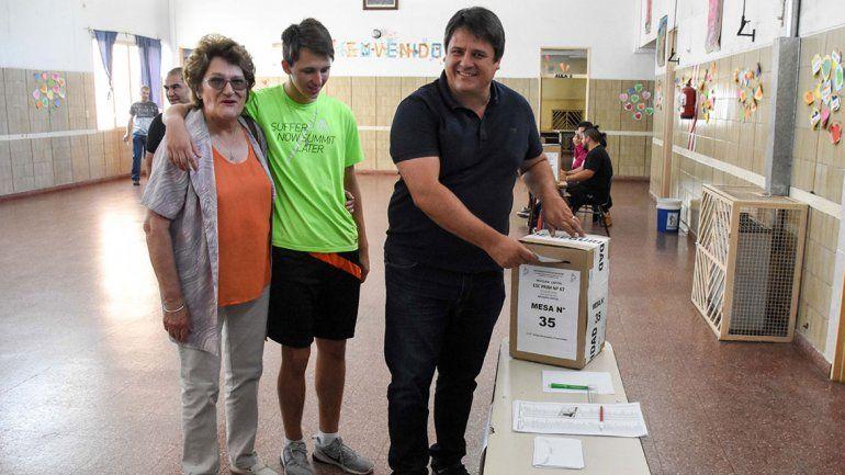 Emocionado, Gaido votó junto a su hijo, su hermano y su madre