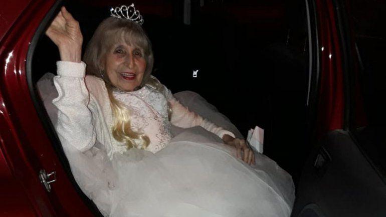 Pura emoción: cumplió 90 años, pero los celebró como una quinceañera
