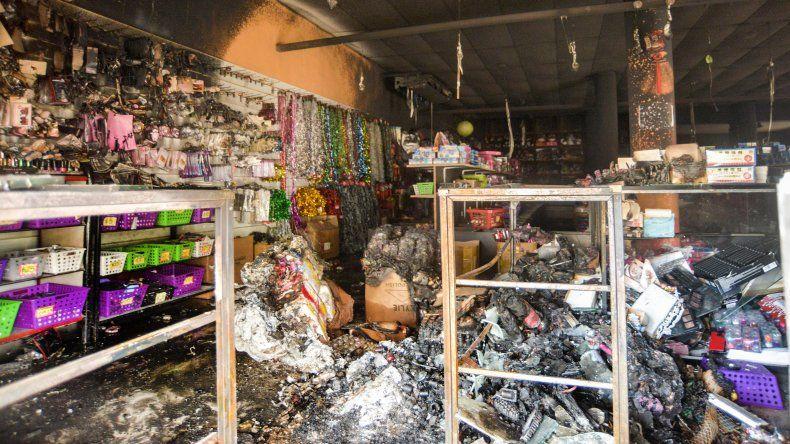 Con una bomba molotov, incendió un local chino del Bajo y quedó filmado