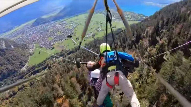 Milagro en el aire: se tiró en parapente pero el guía se olvidó de ponerle el arnés