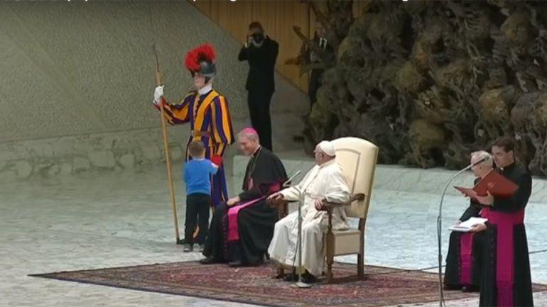 Un nene jugó en la misa del Papa y Francisco dijo: Es argentino, indisciplinado