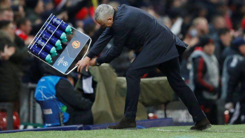 Mourinho se volvió loco y rompió todo en el festejo de gol