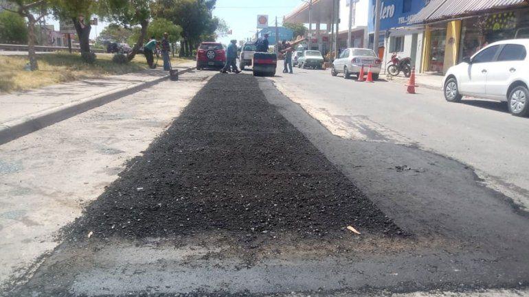 Comenzaron a reparar roturas en calles asfaltadas