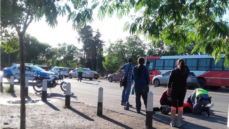 Accidente en Ruta 22 y Saavedra entre una moto y una camioneta