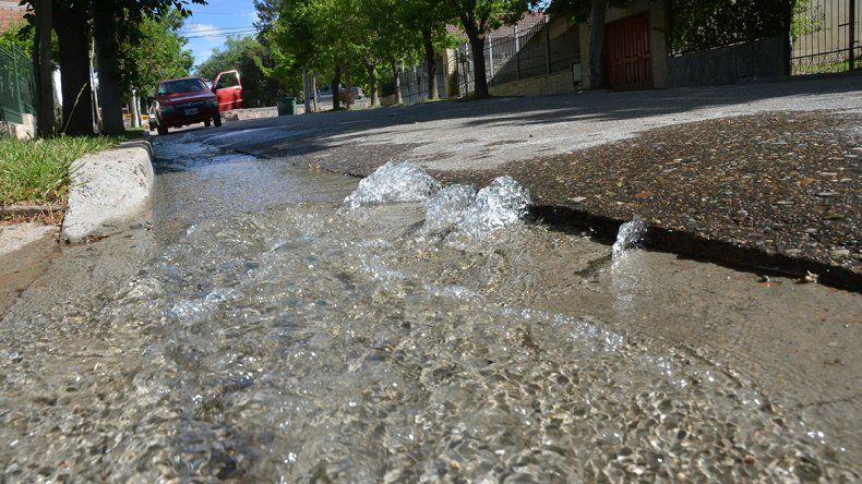 Se normaliza el servicio de agua potable en barrio Centro Oeste