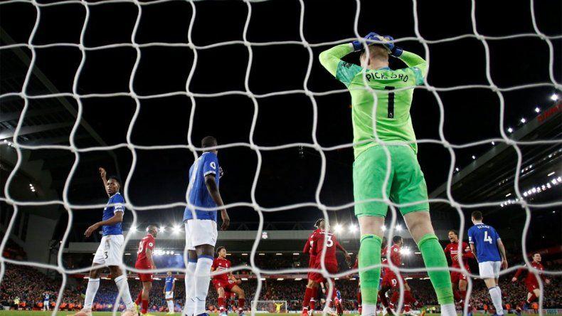 El increíble error del arquero de la Selección inglesa en el clásico de Liverpool