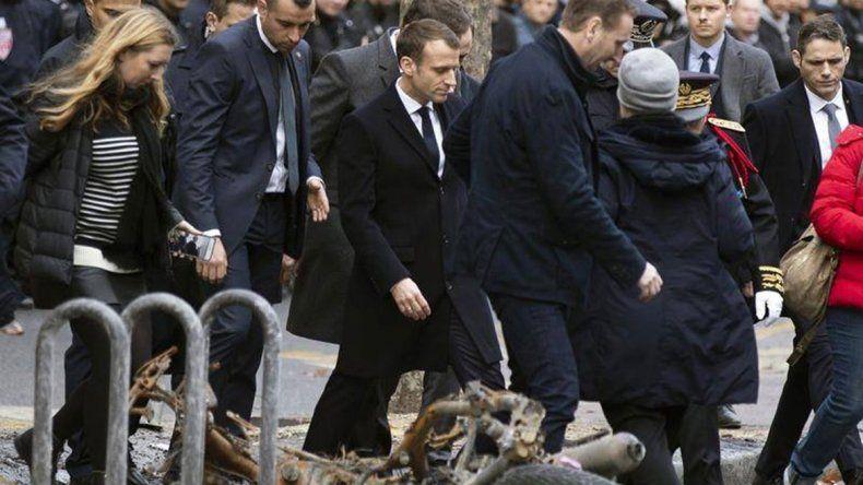 Apenas volvió del G20, Macron visitó el Arco del Triunfo