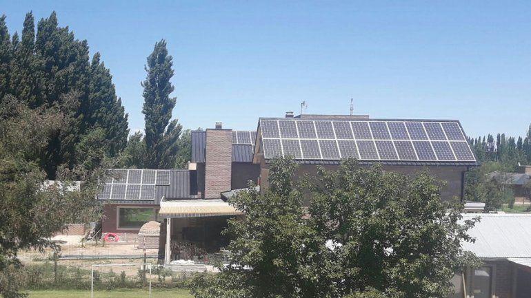Energía solar: una familia ya genera e inyecta a la red
