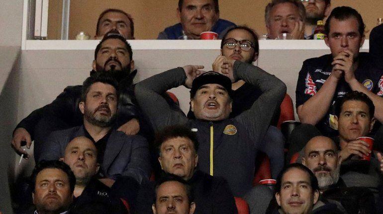 Maradona perdió la final y se fue a las piñas con hinchas rivales