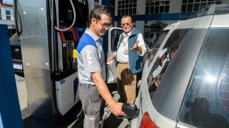 ¿Más autos pero menos ventas de nafta en las estaciones de Neuquén?