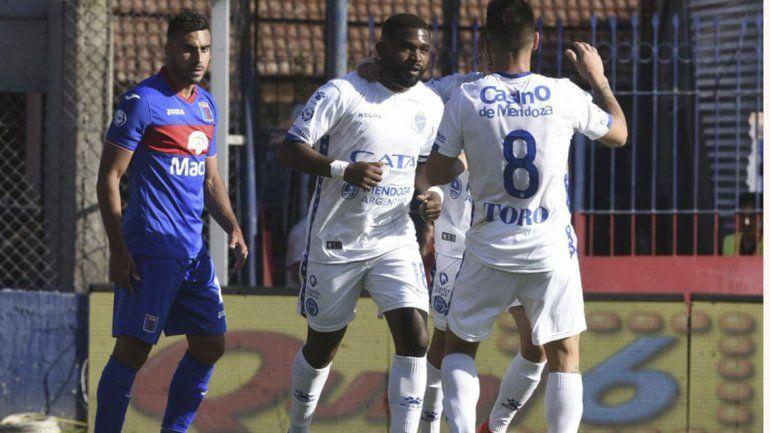 Sendas victorias del Tomba y Vélez en el lunes futbolero