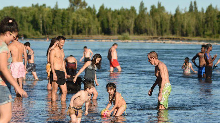 La gente se volcó a los ríos en el día más caluroso de la primavera