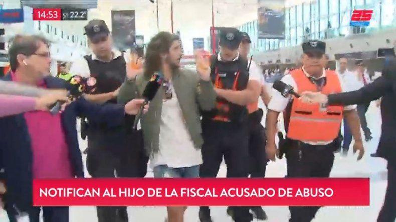 La PSA se llevó en vivo en el aeropuerto al acusado de abusar de una joven