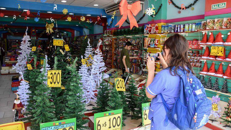 Las ventas de los pinos navideños vienen por el piso