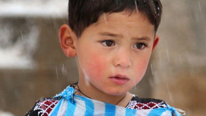 El nene que emocionó a Messi huye de las bombas